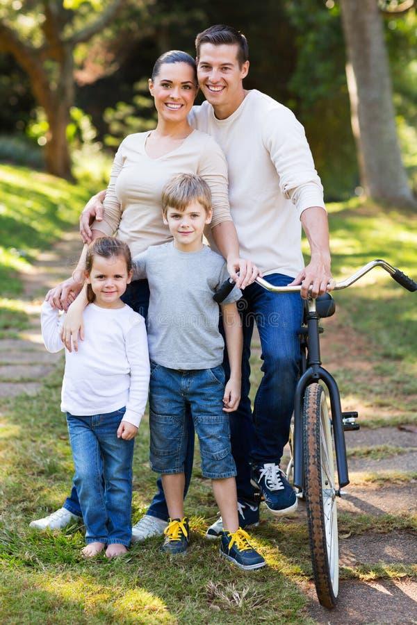 Agregado familiar com quatro membros fotografia de stock
