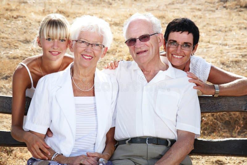 Agregado familiar com quatro membros bonito fotografia de stock