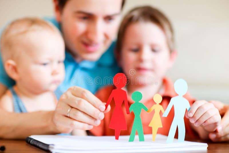 Agregado familiar com quatro membros de papel colorido foto de stock royalty free