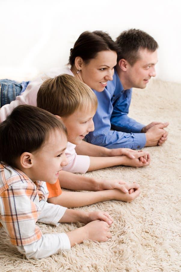 Agregado familiar com quatro membros feliz imagens de stock