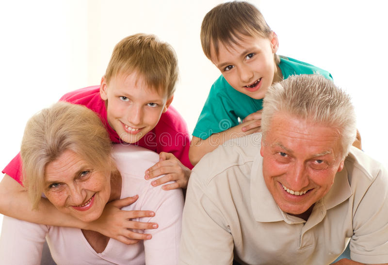 Agregado familiar com quatro membros feliz foto de stock