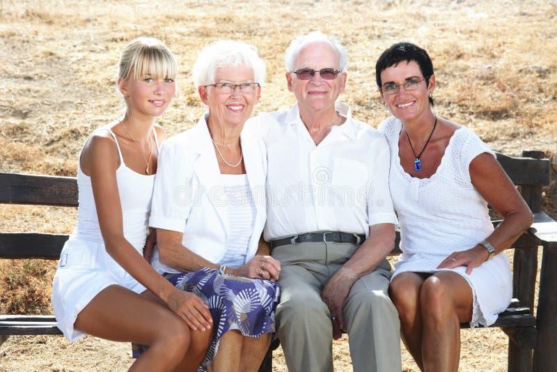 Agregado familiar com quatro membros feliz imagem de stock
