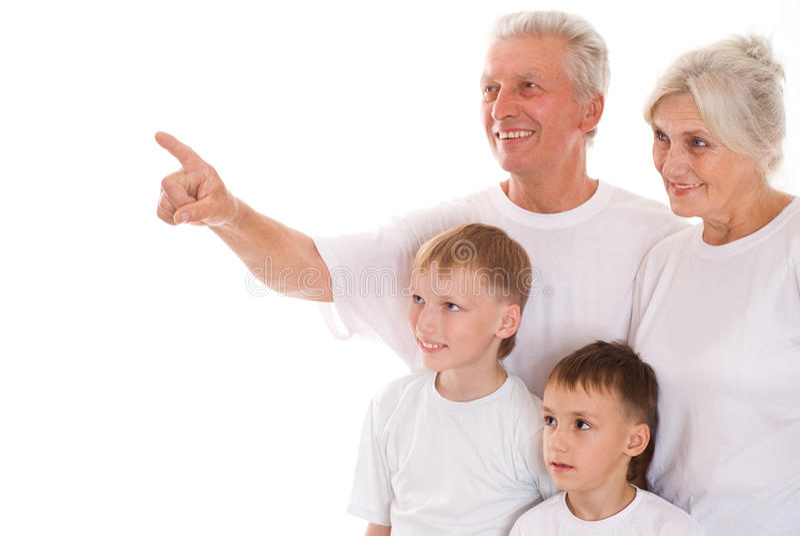 Agregado familiar com quatro membros junto foto de stock
