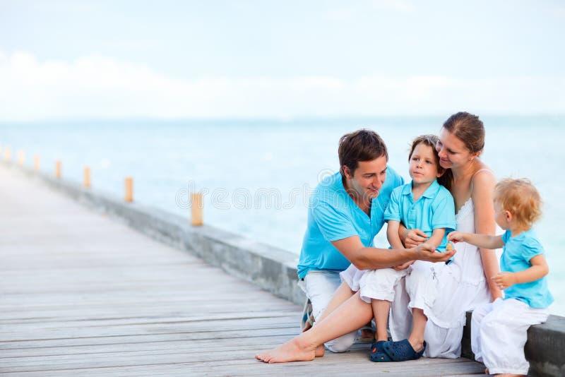 Agregado familiar com quatro membros novo ao ar livre foto de stock