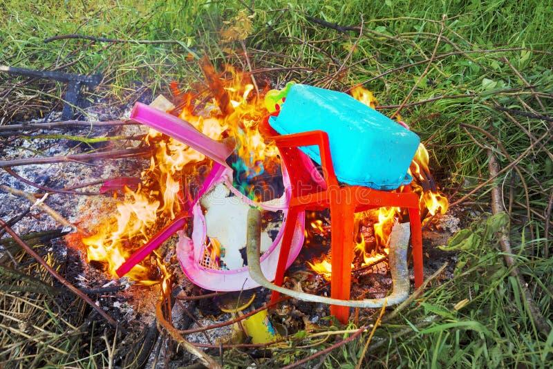Agregado familiar plástico ardente fotos de stock royalty free