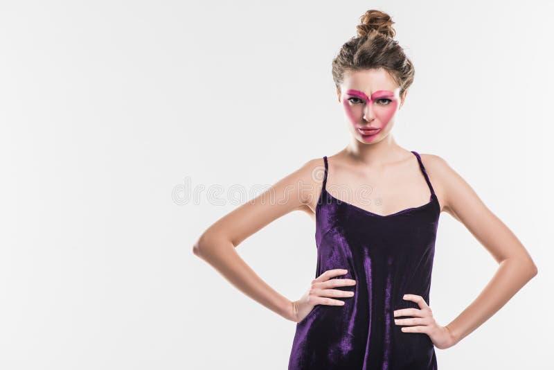 agressief meisje met geschilderd roze hart op gezicht royalty-vrije stock afbeelding