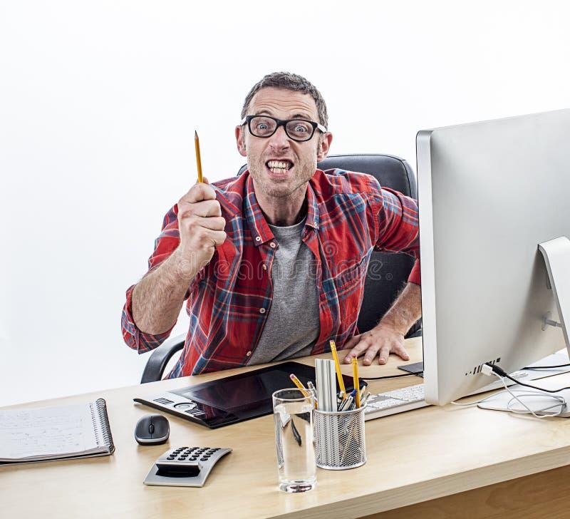 Agressieve bedrijfsmens die en een pen bedreigen richten die woede uitdrukken stock foto's