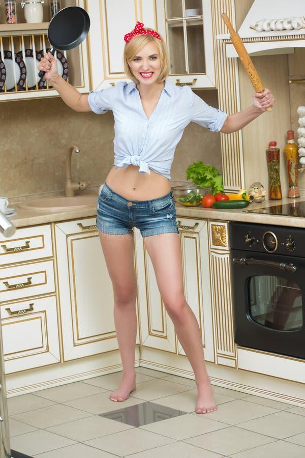 Agressieve kok in een pan, op de achtergrond van stock foto's