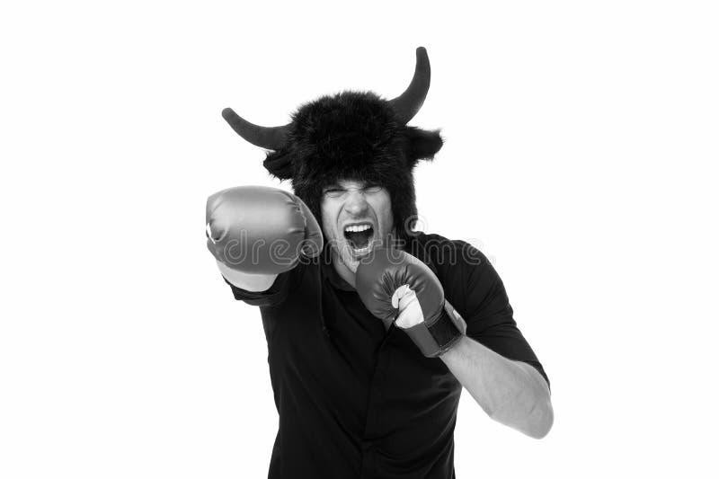 Agression et masculinité Les klaxons d'homme comme diable ou taureau agressif menacent la violence allant vous poinçonner agressi photo stock