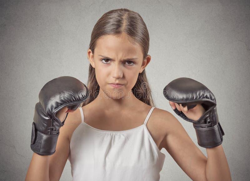 Agresywna dziecko nastolatka dziewczyna jest ubranym bokserskie rękawiczki zdjęcia royalty free