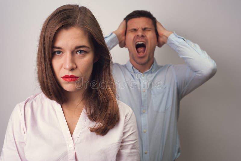 Agresywny mężczyzna na tle wzburzona kobieta obrazy royalty free
