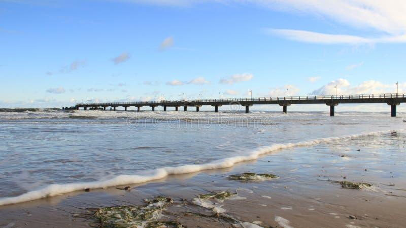agricola 与海波浪的波儿地克的海滨和有泡沫的长的桥梁 图库摄影