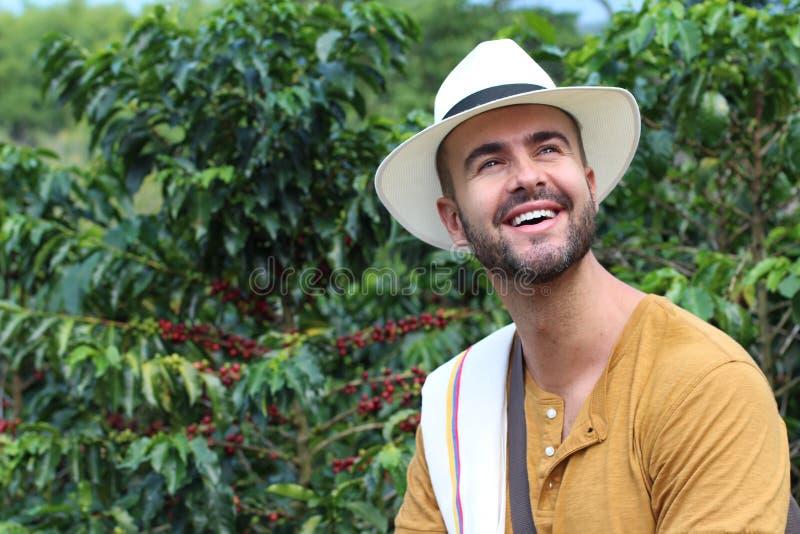 Agricoltore bello nella piantagione di caffè fotografie stock