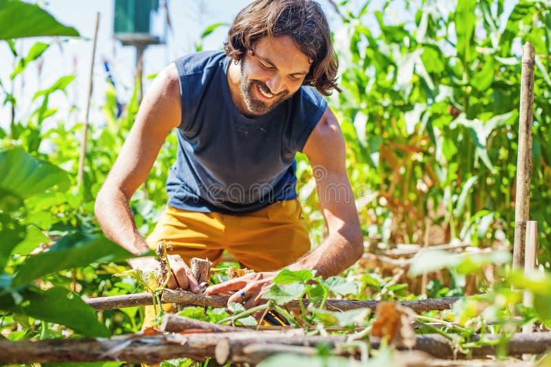 Agricoltore che ripara un recinto immagine stock libera da diritti
