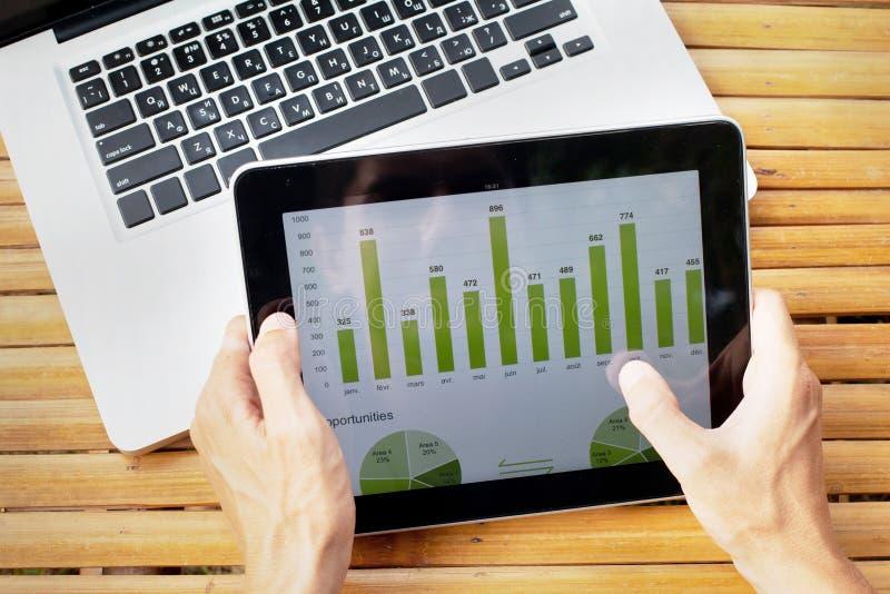 Agricoltore con la compressa digitale immagine stock