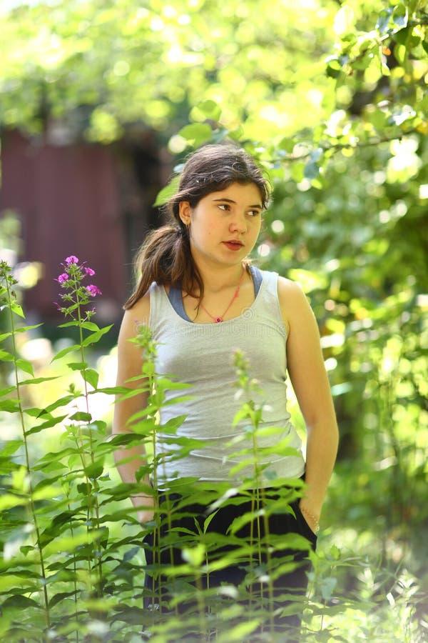 Agricoltore della ragazza dell'adolescente che fa il giardinaggio in di cortile su letto di semina fotografia stock libera da diritti