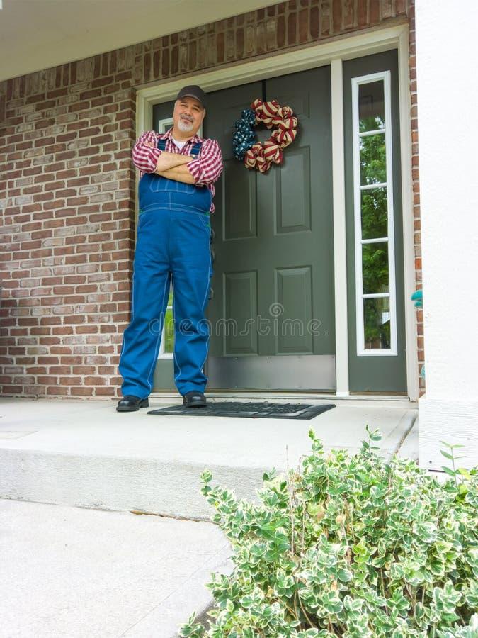 Agricoltore felice che sta sul suo portico il 4 luglio fotografie stock