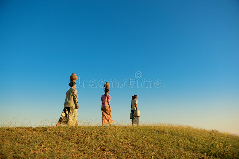 Agricoltori tradizionali birmani asiatici del gruppo che camminano a casa fotografie stock