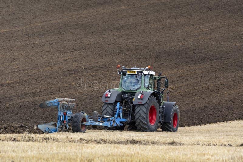 Agricoltura - coltivando - arare un campo fotografia stock
