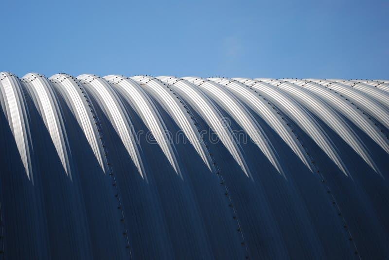 Agricoltura del cielo blu orizzontale d'acciaio del quonset fotografia stock