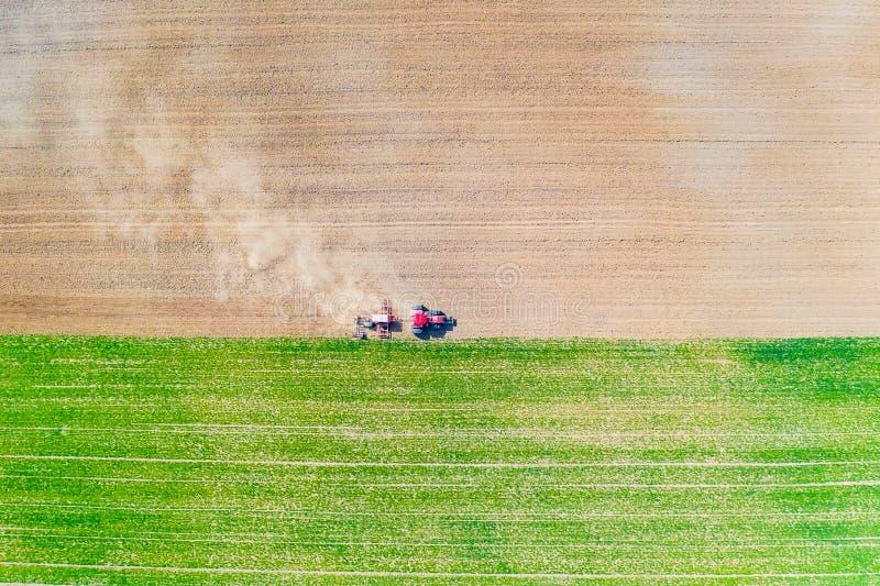 Agricoltura nel concetto della campagna Coltivazione del terreno coltivabile Trattore nel campo fotografia stock libera da diritti