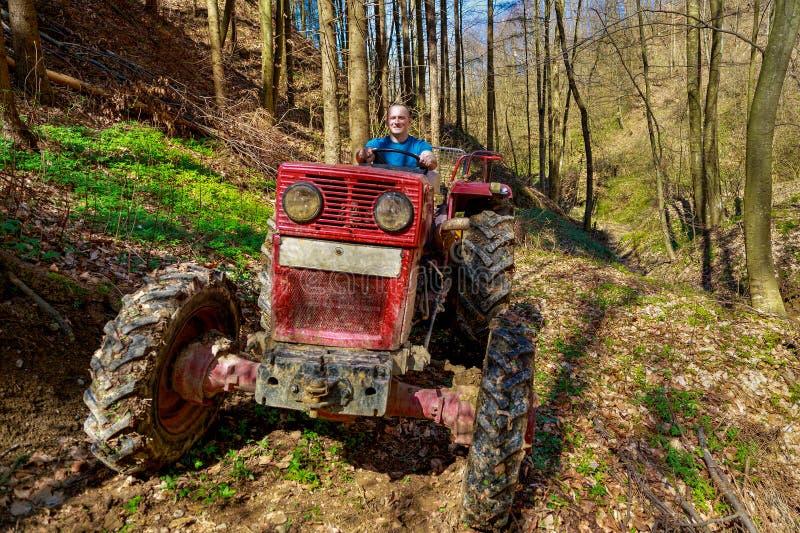 Agriculteur conduisant un vieux tracteur image libre de droits
