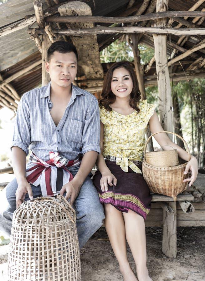 Agriculteur de couples dans le costume d'agriculteur photographie stock libre de droits