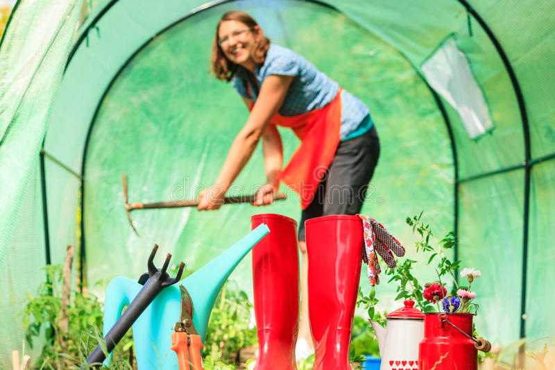 Download Agriculteur Et Outils De Jardinage Femelles Dans Le Jardin Image stock - Image du fermier, caoutchouc: 87705099