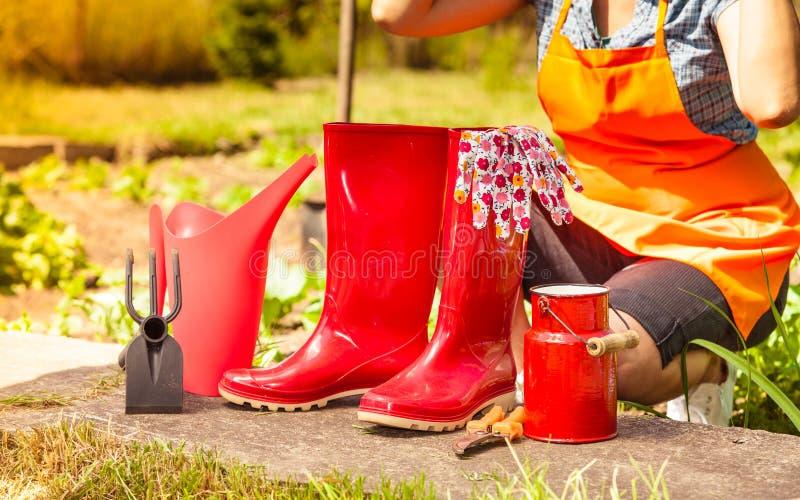 Agriculteur et outils de jardinage femelles dans le jardin image stock