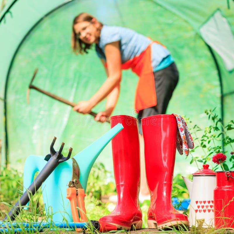 Agriculteur et outils de jardinage femelles dans le jardin photos stock