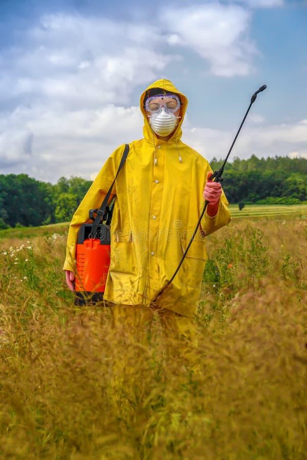 Agriculteur féminin avec le pulvérisateur de pression images stock