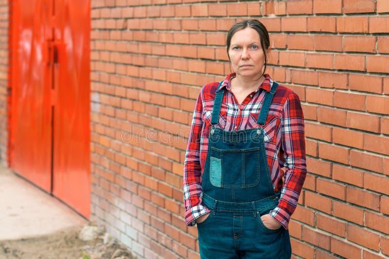 Agriculteur féminin sérieux sûr à la ferme images libres de droits