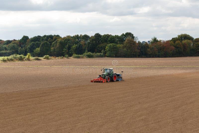 Agriculteur semant des cultures au champ photos stock
