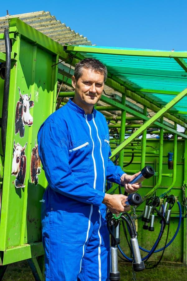 Agriculteur y son équipement de travail imágenes de archivo libres de regalías