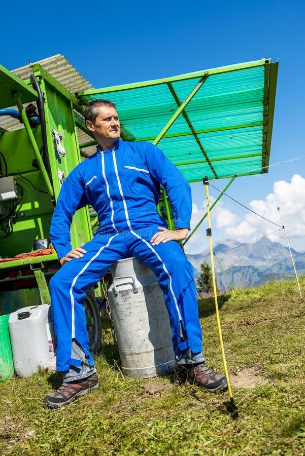 Agriculteur y son équipement de travail fotos de archivo