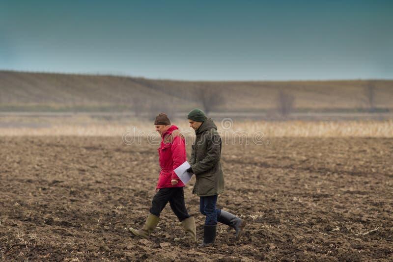 Agriculteurs sur le champ labouré images stock
