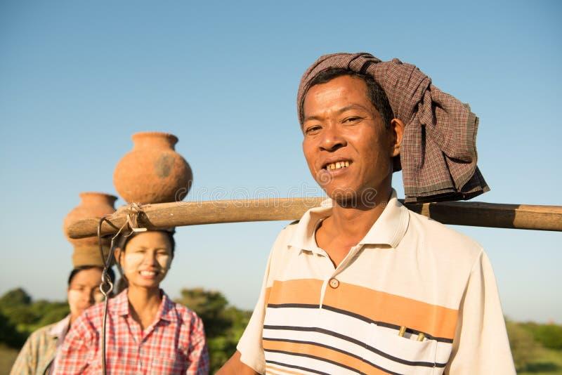 Agriculteurs traditionnels birmans asiatiques de groupe photo stock