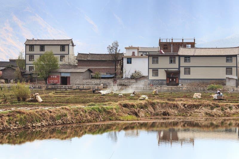 Agriculteurs travaillant dans les domaines dans Heqing dans Yunnan photo libre de droits