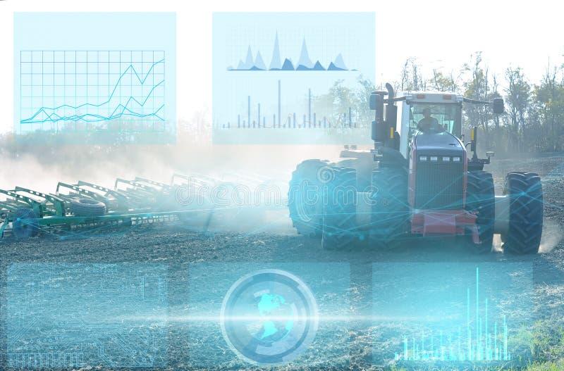 agricultura, adoção de tecnologias avançadas para culturas em crescimento e aumento dos lucros empresariais Trator que cultiva o  imagens de stock royalty free