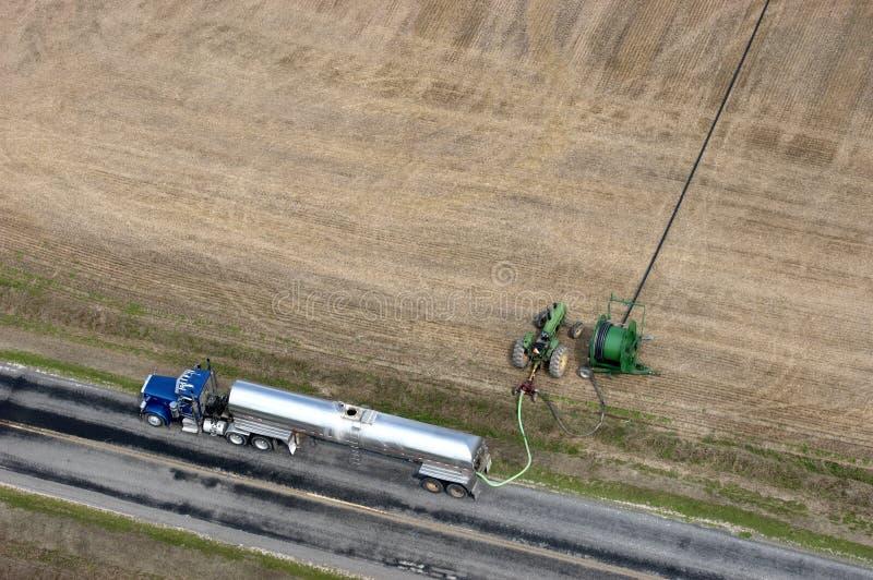 Agricultura de bombeamento do campo de exploração agrícola do estrume do caminhão imagem de stock