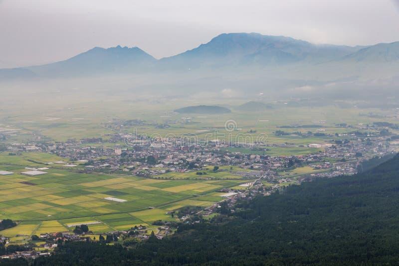 Agricultura e vulcão de Mount Aso em Kumamoto, Japão fotografia de stock royalty free