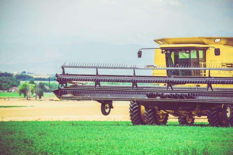 A agricultura trabalha a ceifeira fotografia de stock royalty free