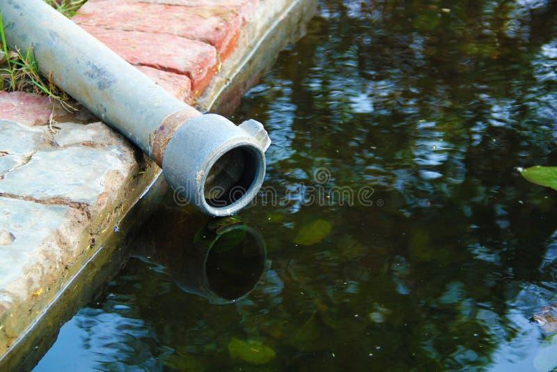 Agriculture grise d'équipement d'écoulement d'eau l'eau circulante de pipe photographie stock