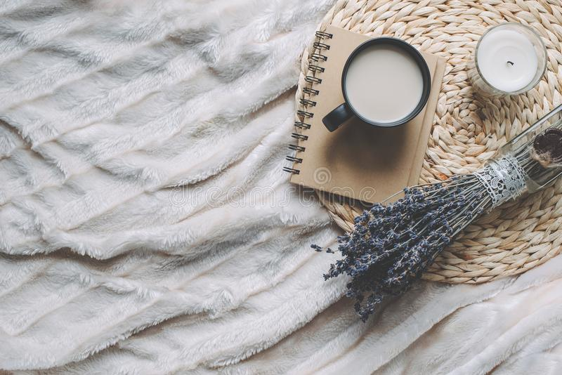 Agrida com café e a decoração home na bandeja foto de stock royalty free