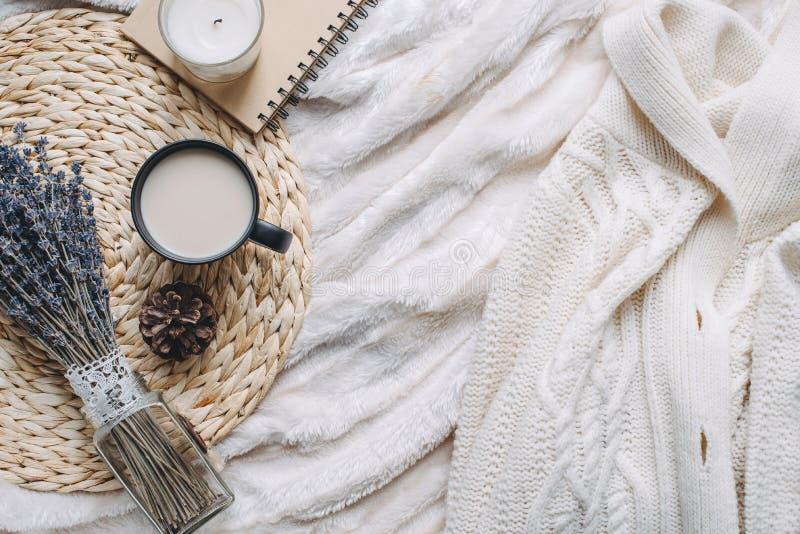 Agrida com café e a decoração home na bandeja fotos de stock royalty free