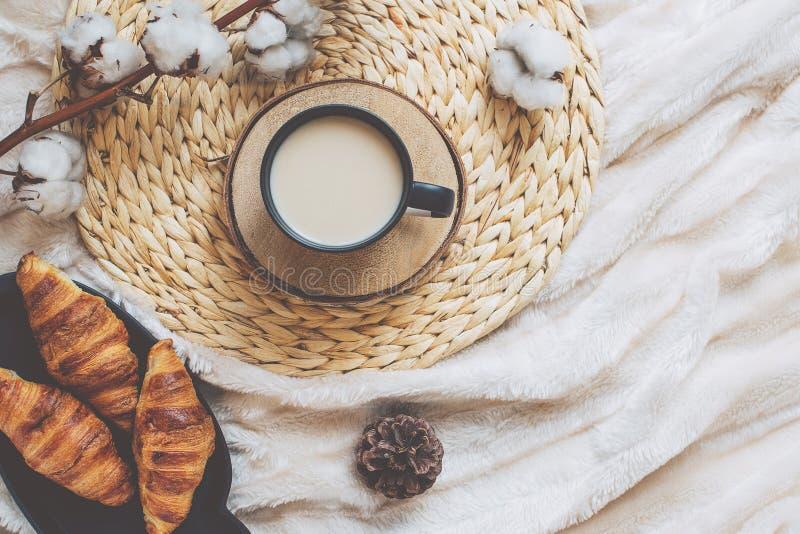 Agrida com café e a decoração home na bandeja imagem de stock