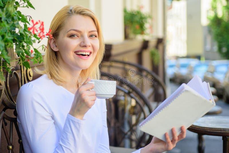 Agrida o café e o fim de semana perfeito combinação interessante do livro da melhor A mulher tem o terraço do café da bebida fora fotografia de stock