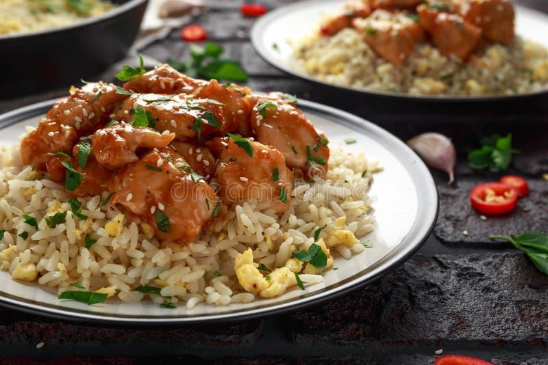 Agridoce picante da galinha alaranjada com arroz dos ovos fritos imagem de stock