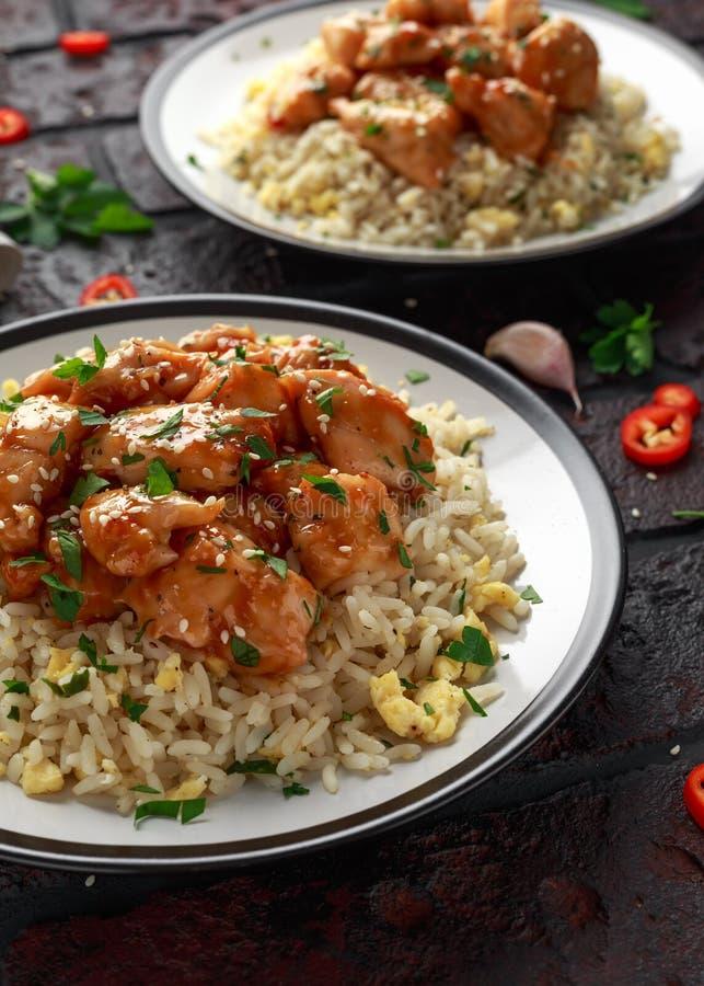 Agridoce picante da galinha alaranjada com arroz dos ovos fritos fotos de stock royalty free