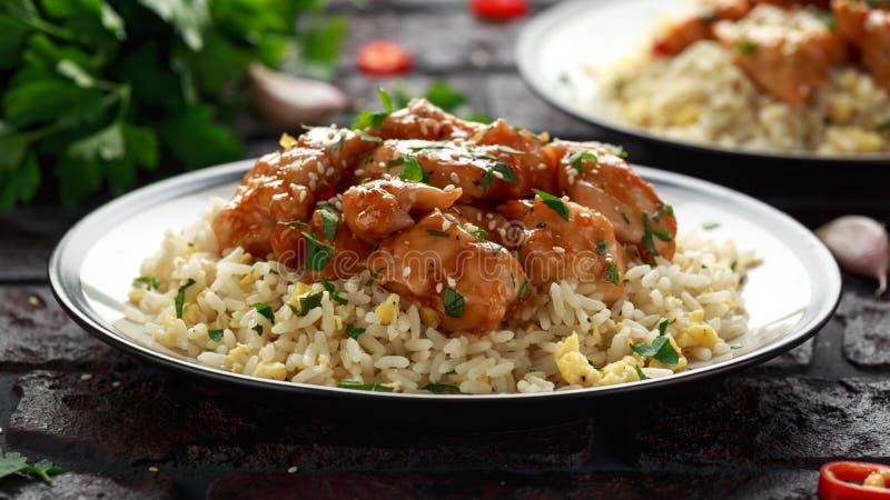 Agridoce picante da galinha alaranjada com arroz dos ovos fritos Fim acima imagens de stock